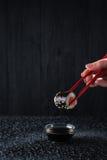 Sushi i händerna Fotografering för Bildbyråer