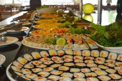 Sushi i plattor som tjänas som i en restaurang royaltyfri fotografi