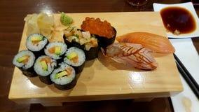 Sushi i restaurang royaltyfria bilder