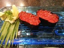 Sushi ikura, japanisches Lebensmittel Stockbilder