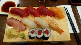 Sushi im Restaurant lizenzfreies stockbild