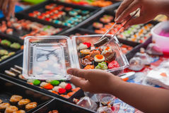Sushi im thailändischen Markt Stockbild