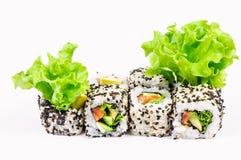 Sushi impostati con l'insalata dei leawes Immagini Stock