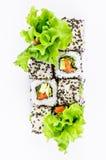 Sushi impostati con la vista superiore dell'insalata dei leawes Fotografia Stock