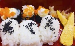 Sushi ist ein japanisches Lebensmittel stockfotografie