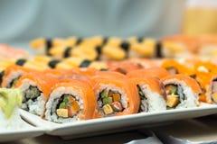 Sushi, japanisches Lebensmittel auf Teller bereiten sich für Partei, Asien-Kultur tradi vor Lizenzfreies Stockfoto