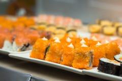 Sushi, japanisches Lebensmittel auf Teller bereiten sich für Partei, Asien-Kultur tradi vor Lizenzfreies Stockbild