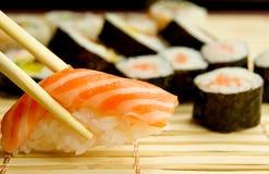 Sushi japonés. Atún, palillos en la servilleta de bambú Foto de archivo libre de regalías