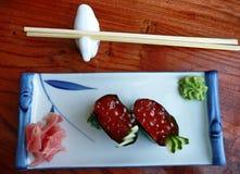 Sushi japonés con el caviar rojo, jengibre, wasabi Fotografía de archivo