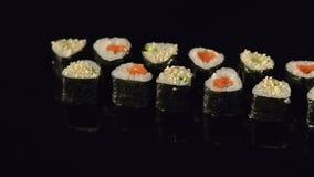 Sushi japonés de los mariscos fijado en fondo negro metrajes
