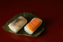 Sushi japonés del vinagre en la hoja del caqui imágenes de archivo libres de regalías