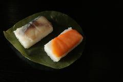 Sushi japonés del vinagre en la hoja 2 del caqui imagenes de archivo