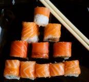 Sushi japonés en la placa negra Fotos de archivo