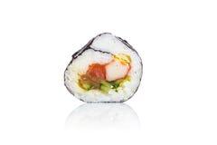 Sushi japonés fresco tradicional en el fondo blanco Imagen de archivo