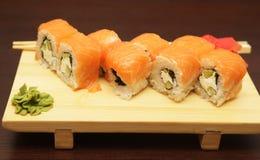 Sushi japonés servido en el tablero de madera imagenes de archivo