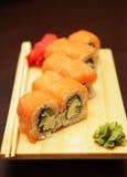Sushi japonés servido en el tablero de madera foto de archivo