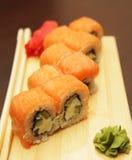 Sushi japonés servido en el tablero de madera fotos de archivo libres de regalías