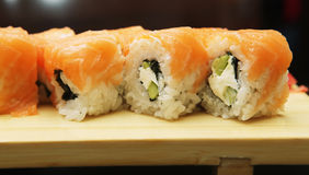 Sushi japonés servido en el tablero de madera foto de archivo libre de regalías