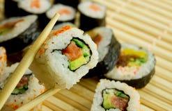 Sushi japonês tradicional no guardanapo de bambu Fotos de Stock Royalty Free