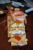 Sushi japonais authentiques et traditionnels avec de divers genres de f Photos stock