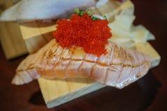 Sushi japonais authentiques et traditionnels avec de divers genres de f Photographie stock libre de droits