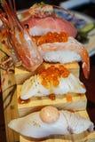 Sushi japonais authentiques et traditionnels avec de divers genres de f Photo stock