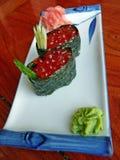 Sushi japonais avec le caviar rouge, et wasabi Images stock