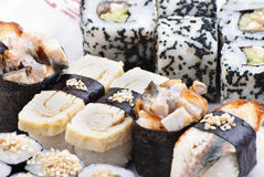 Sushi japonais de plan rapproché d'une plaque blanche. Positionnement de sushi Photos libres de droits