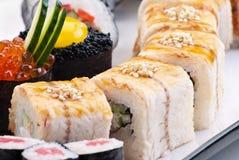 Sushi japonais de plan rapproché d'une plaque blanche. Positionnement de sushi Photographie stock libre de droits