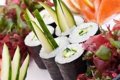Sushi japonais de plan rapproché d'une plaque blanche. Positionnement de sushi Image libre de droits