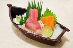 Sushi japonais de sashimi réglés sur le bateau de sushi Photographie stock libre de droits