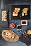 Sushi japonais - ensemble de Maki Sushi Roll, de la sauce de soja et du gingembre OV Photos stock