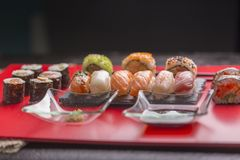 Sushi japonais sur un fond rouge photo stock