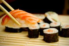 Sushi japonais. Thon, bâtons sur la serviette en bambou Photographie stock