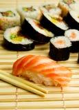 Sushi japonais. Thon, bâtons sur la serviette en bambou Image stock