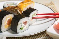 Sushi japonais traditionnels de nourriture Sushi japonais de plan rapproché sur bam Images libres de droits