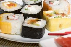 Sushi japonais traditionnels de nourriture Sushi japonais de plan rapproché sur bam Photo libre de droits