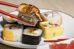 Sushi japonais traditionnels de nourriture Sushi japonais de plan rapproché sur bam Image libre de droits