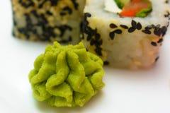 Sushi japonais traditionnels de nourriture Sushi japonais de plan rapproché sur un whi Photos libres de droits