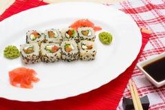 Sushi japonais traditionnels de nourriture Sushi japonais de plan rapproché sur un whi Images stock
