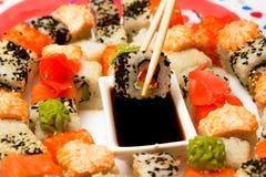 Sushi japonais traditionnels de nourriture Sushi japonais de plan rapproché sur un whi Photographie stock