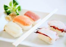 Sushi Kalifornien auf weißer Platte Stockfoto