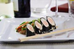 Sushi, légumes et bâtons Photographie stock libre de droits