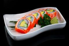 Sushi maki mit Avocado- und Garneleeiern Stockfoto