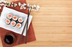 Sushi maki mit Lachsen und Kirschblüte-Niederlassung Stockfoto