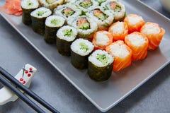Sushi Maki och Niguiri med Kalifornien rulle Royaltyfria Bilder