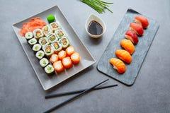 Sushi Maki och Niguiri soya och wasabi Arkivbild