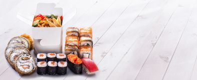 Sushi, maki och nudlar Royaltyfria Bilder