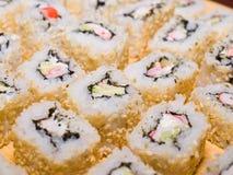 Sushi-maki oder Sushirollen Stockfoto