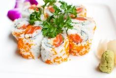 Sushi maki rollt mit Lachsen Lizenzfreie Stockfotos